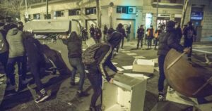 Rioters Erect Barricades, Throw Bottles at Police During 8th Night of Protests Over Rapper's Arrest