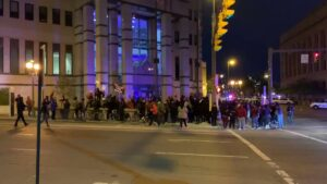 Read more about the article NOW – Crowd is gathering outside of the #Columbus police headquarters after a te