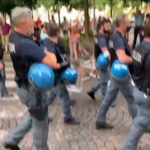 Cops in Florence, Italy marching with the anti-covid passport protesters.