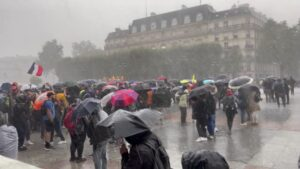 Read more about the article Wow! Demonstrators in Paris endure a hailstorm while protesting the government's