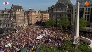 Read more about the article NEW: Thousands of people gather to protest against vaccine passports in Amsterda